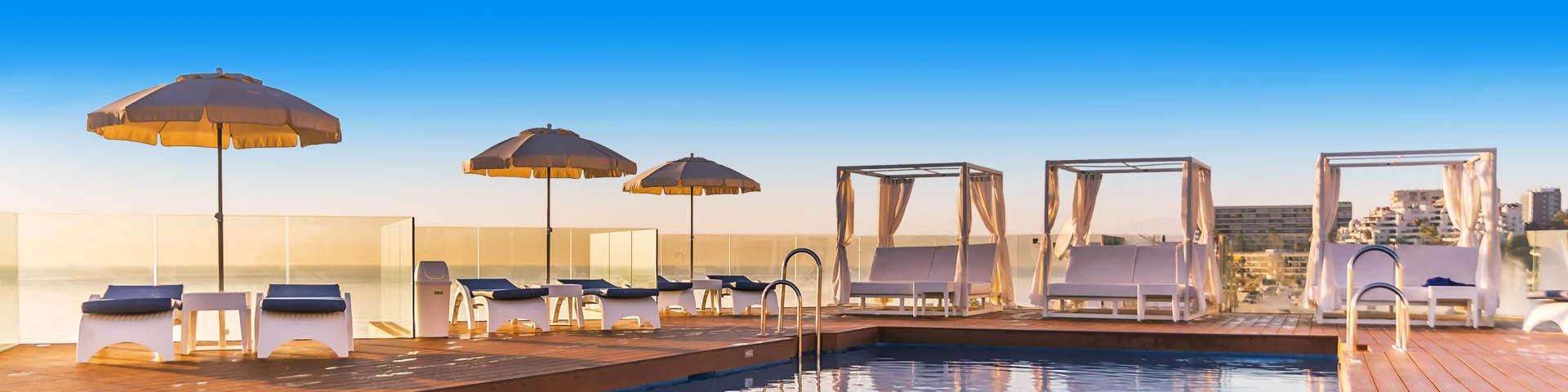 Heerlijk luxe hemelbed en ligbedjes aan een zwembad in Torremolinos