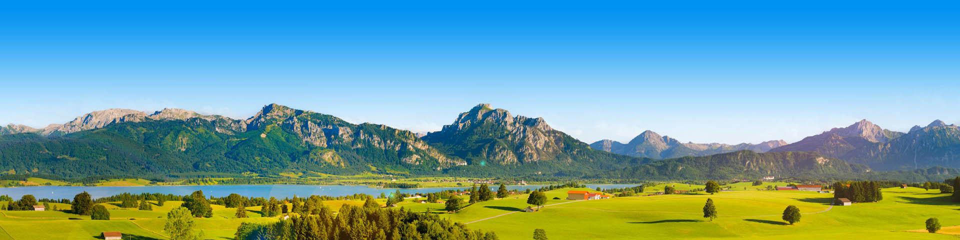 Prachtig groen landschap met een meertje in Duitsland.