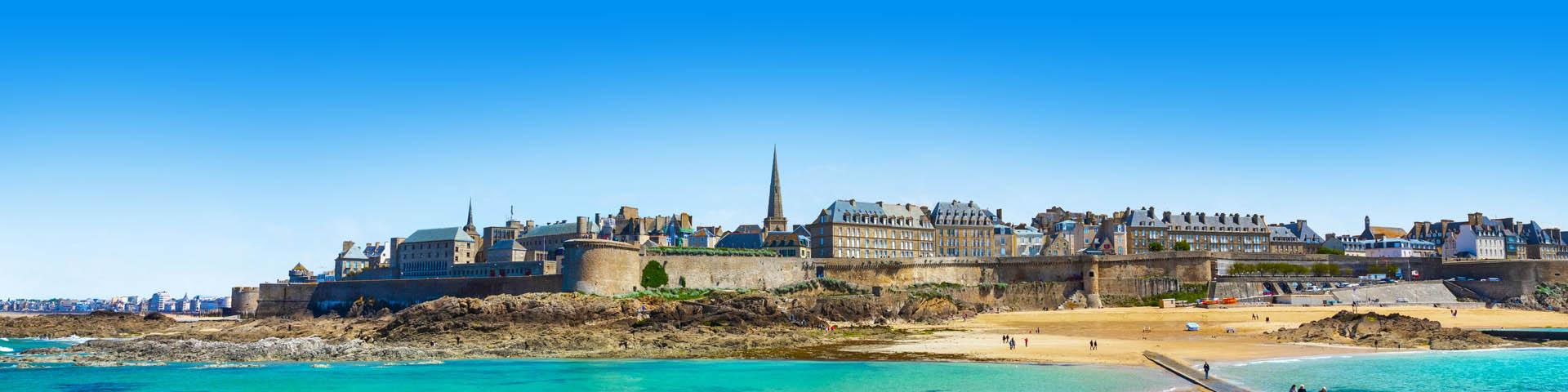 Stadsmuren met uitzicht op een kerk, met prachtig blauw water in Frankrijk.