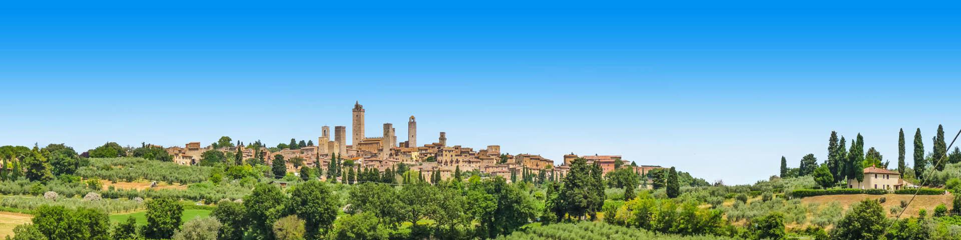 Itiliaans groen landschap met uitzicht op een dorpje.
