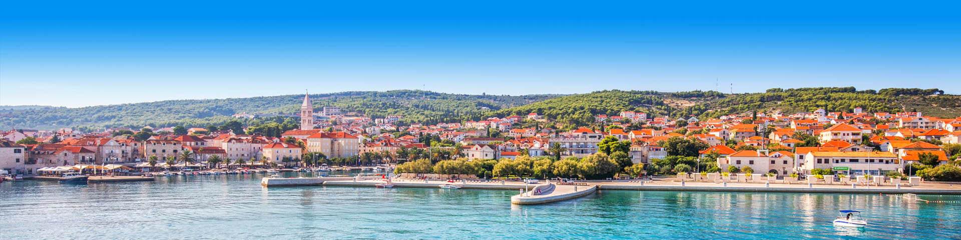 Panorama van blauwe met huizen aan de zee in Kroatië.