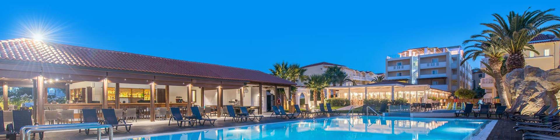 Een zwembad en hotelgebouw van hotelketen Best Western
