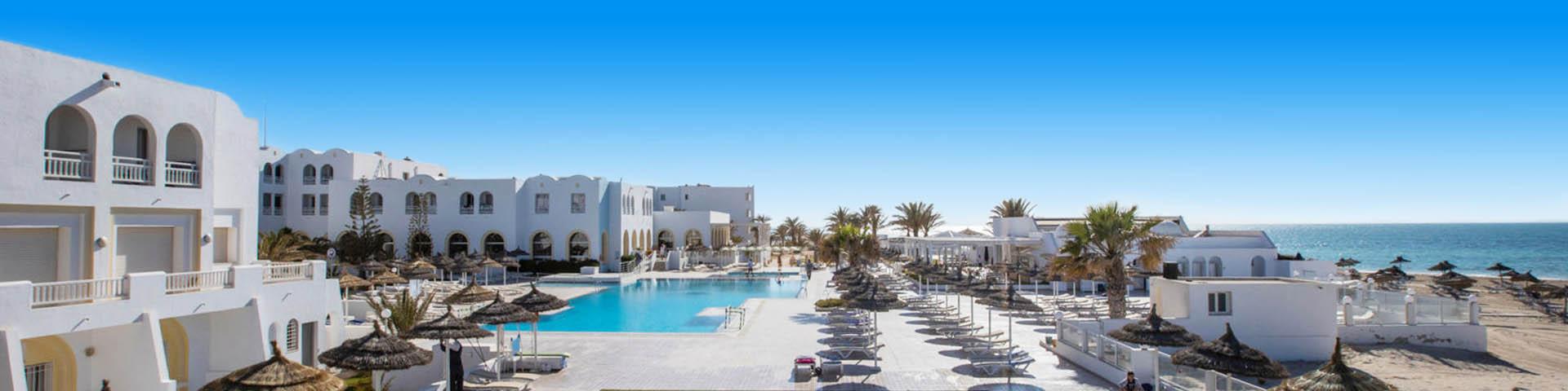 Een hotelgebouw van hotelketen Club Calimera met uitzicht op het zwembad