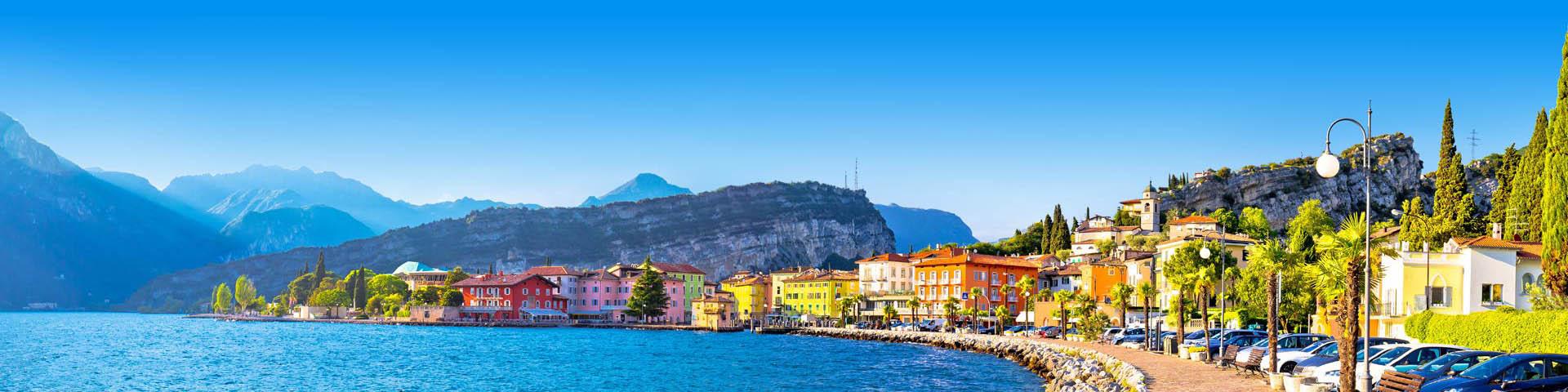 Boulevard van kleurrijke stad van Torbole aan het Lago di Garda meer, Italië