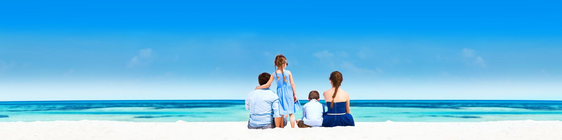 Een gezin op familievakantie met uitzicht op de zee