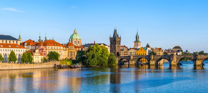 Uitzicht op rivier en brug in Praag