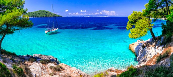 Helderblauwe zee op Skiathos