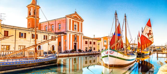 Kleurrijke boten in het water bij Rimini