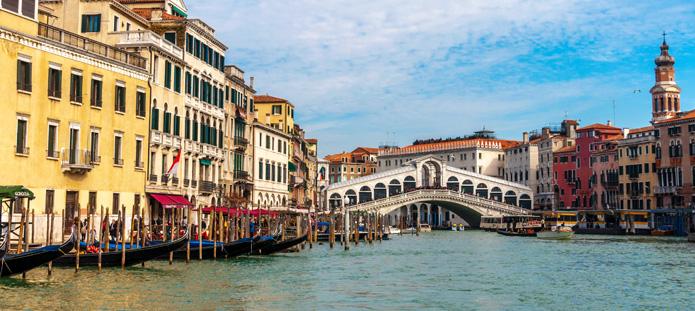 Brug en gondels in Venetië