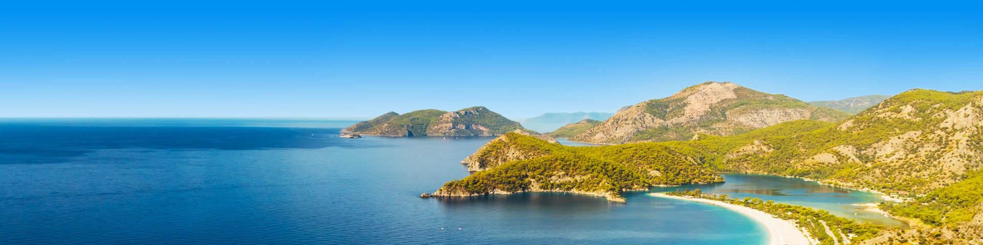 Kustlijn met zee en beboste bergen