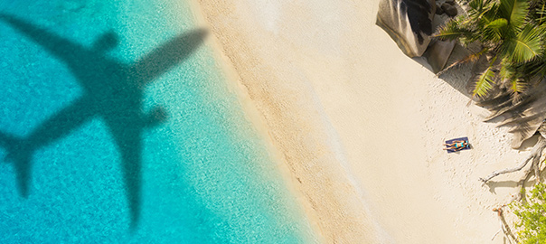 Schaduw van een vliegtuig op het strand en de zee