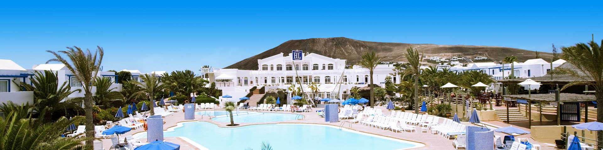 Hotelgebouw van hotelketen HL met uitzicht op het zwembad en een berg