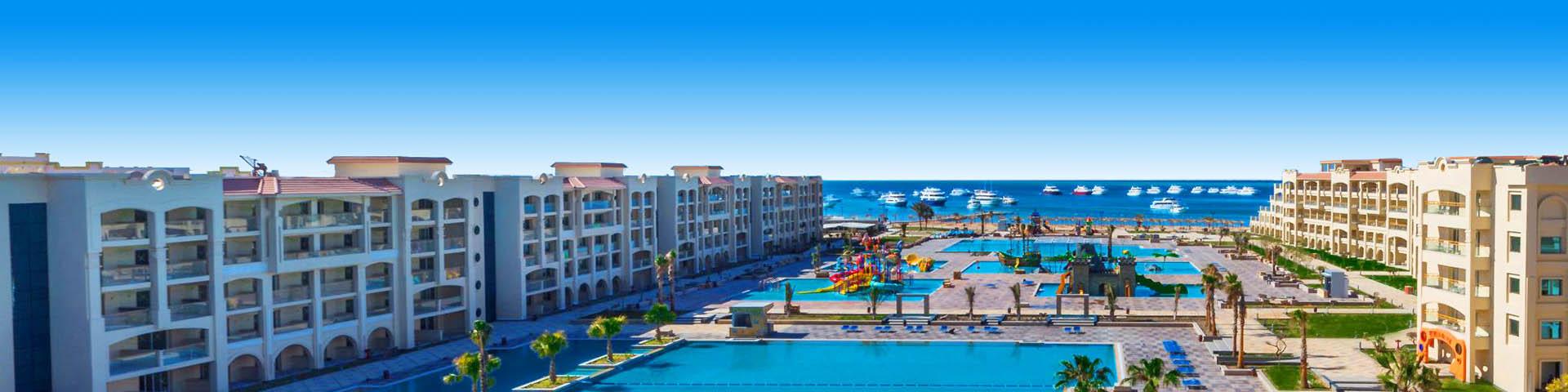 Een Pickalbatros hotel met zwembaden en de zee op de achtergrond