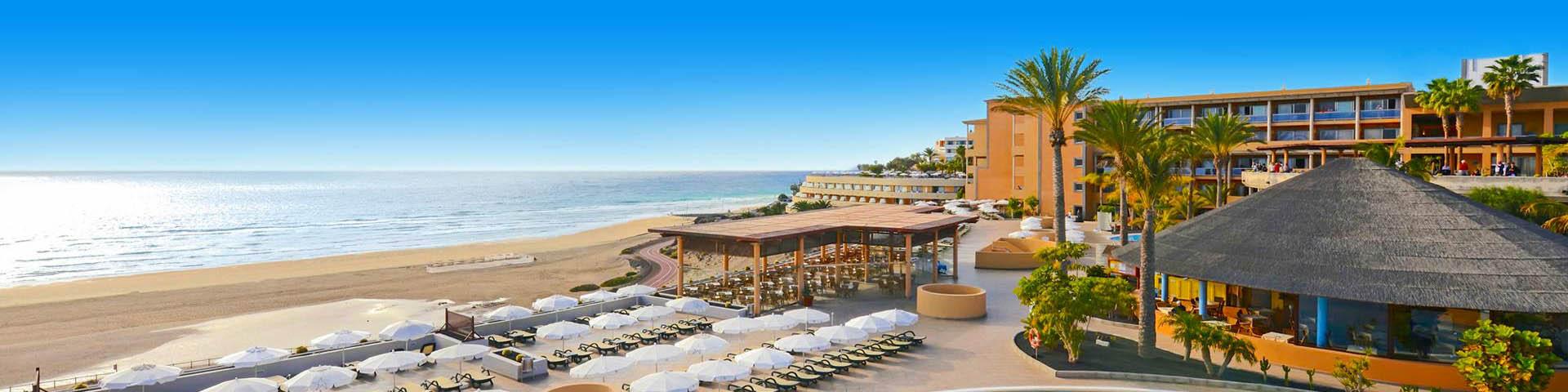 Uitzicht op het zandstrand, de zee en een hotel