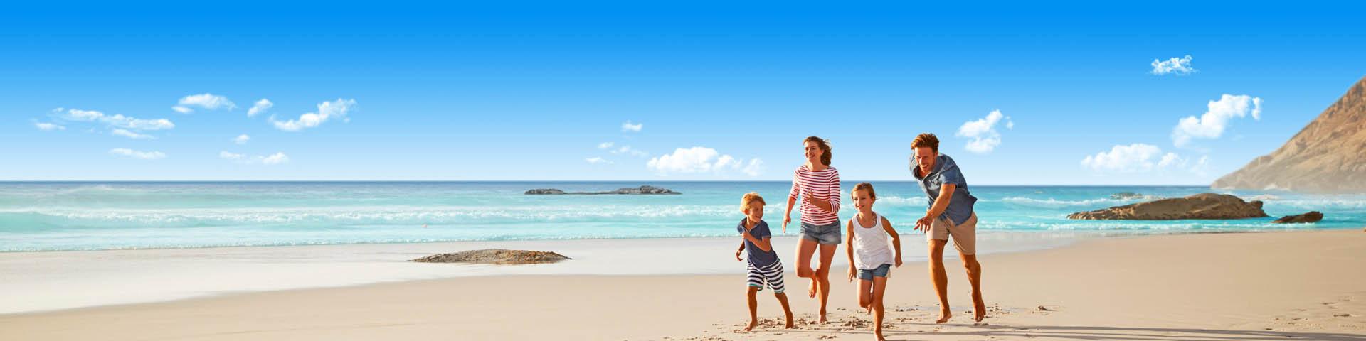 Gezin aan het rennen op het strand op vakantie