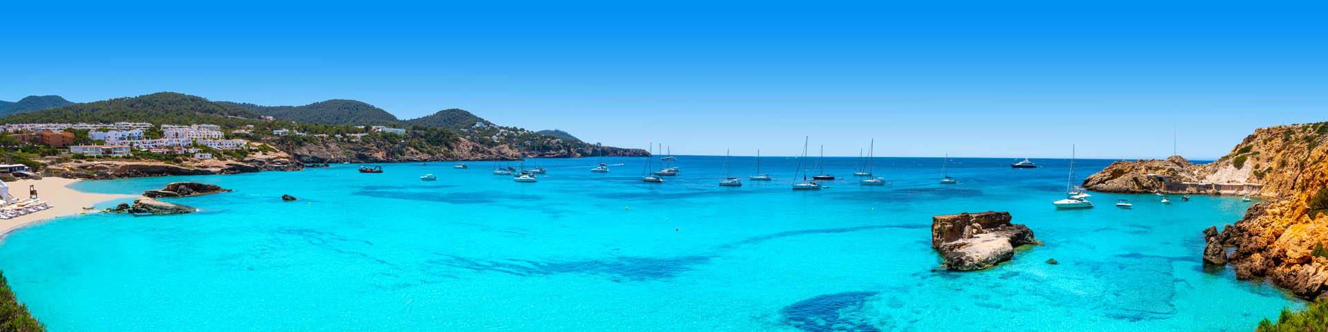 Uitzicht op een helderblauwe zee bij een Azuline hotel
