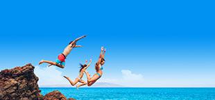 Jongeren springen in water in Algarve