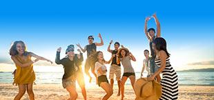 Feestende jongeren op strand Costa Brava