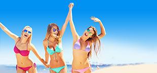 Feestende meiden in Costa Dorada, zee op achtergrond