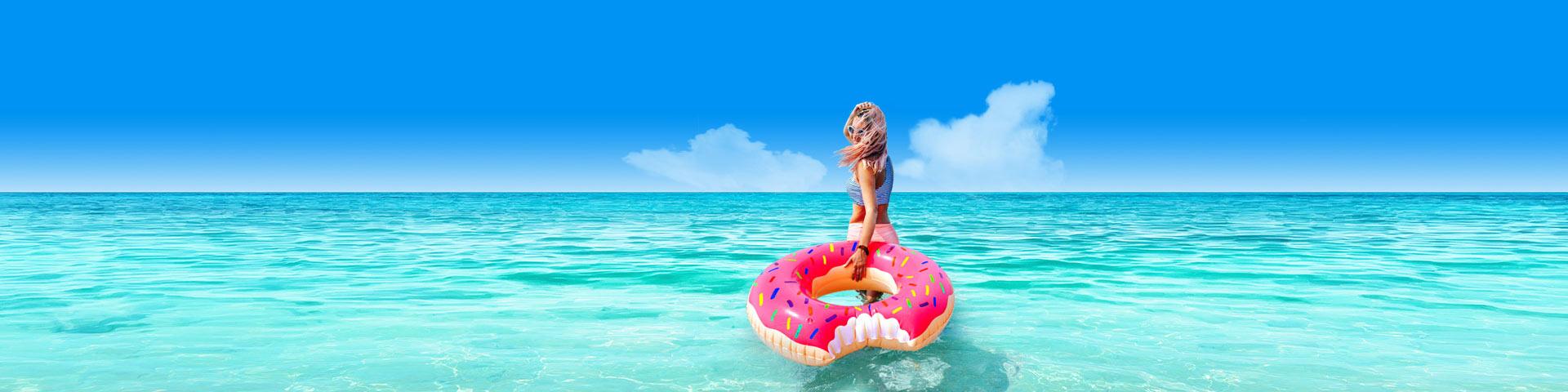Vrouw in blauwe zee met zwemband