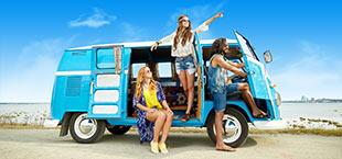 Jongeren in een hippiebusje op Ibiza
