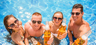 Jongeren in zwembad op Kos
