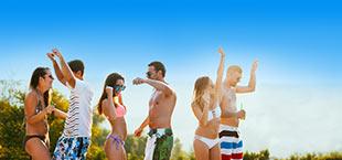 Feestende jongeren op strand Lycische Kust