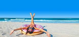 Vrouw op een zwembad op strand Sunny Beach