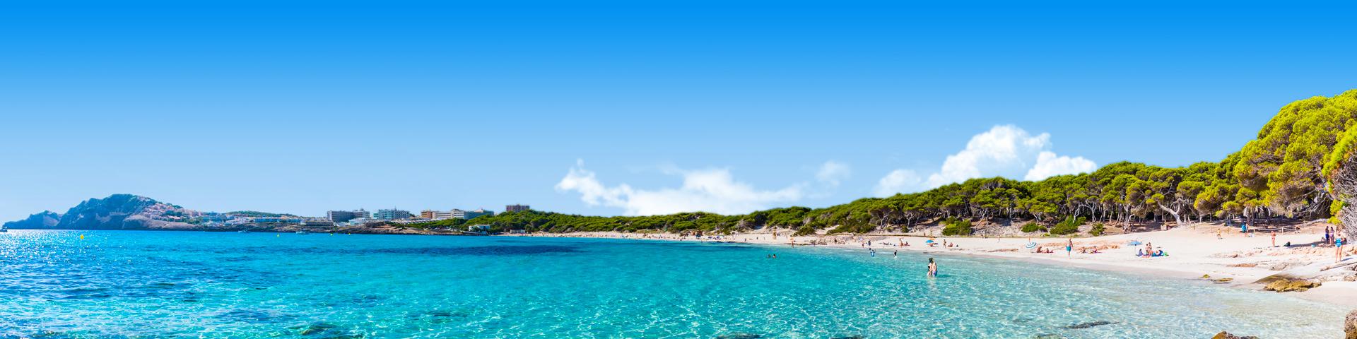 Helderblauwe zee voor het strand en de kustlijn tijdens een last minute meivakantie