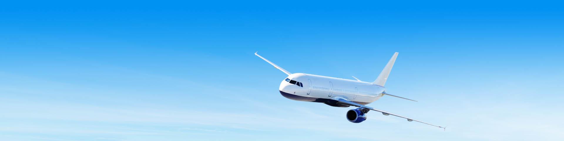 Vliegtuig vliegend in de lucht.