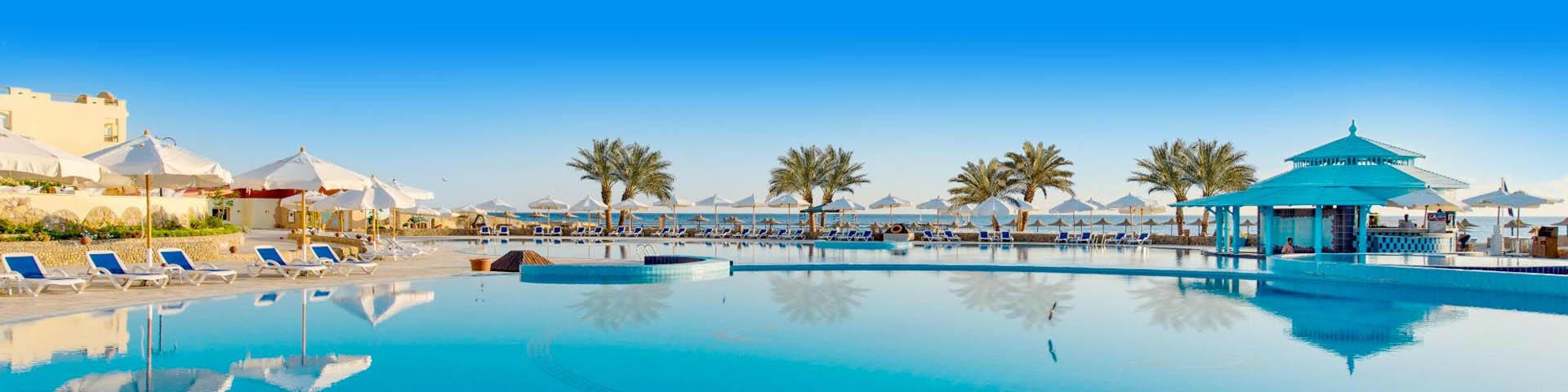 Mooi zwembad met blauw water bij een hotel in Egypte