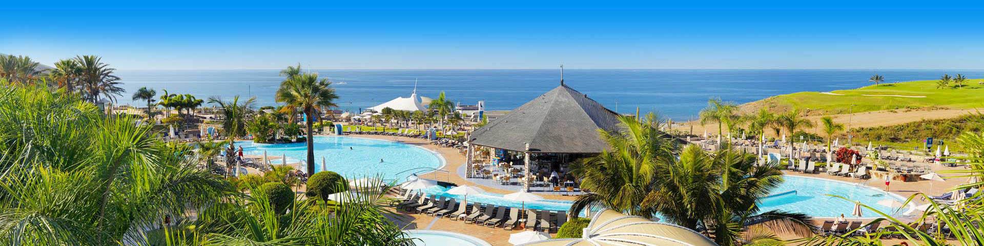 Uitzicht vanaf een hotel op Gran Canaria over de zee en het zwembad