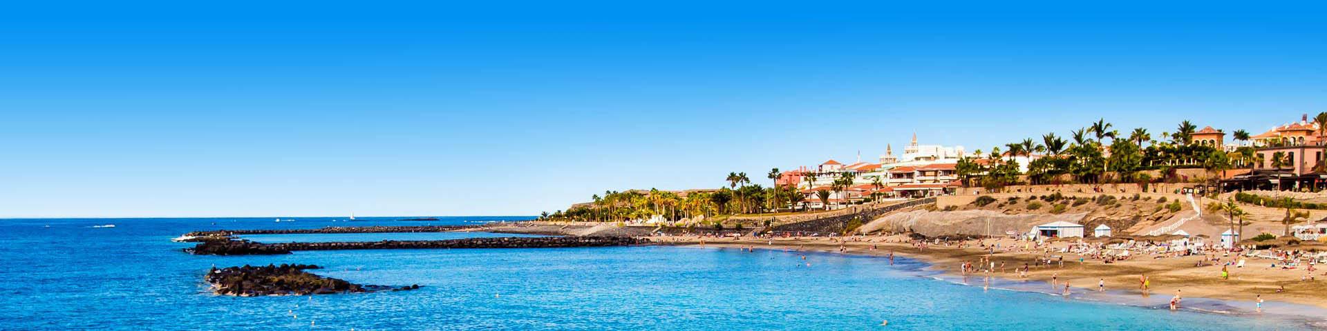 Kustlijn op het eiland Tenerife met hotels aan zee