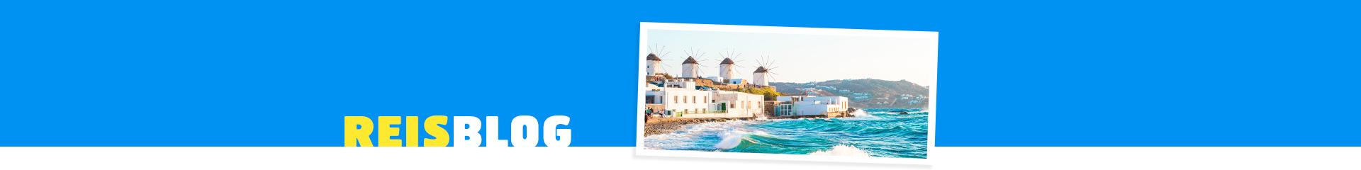 De zee van Mykonos met haar beroemde molens op de achtergrond