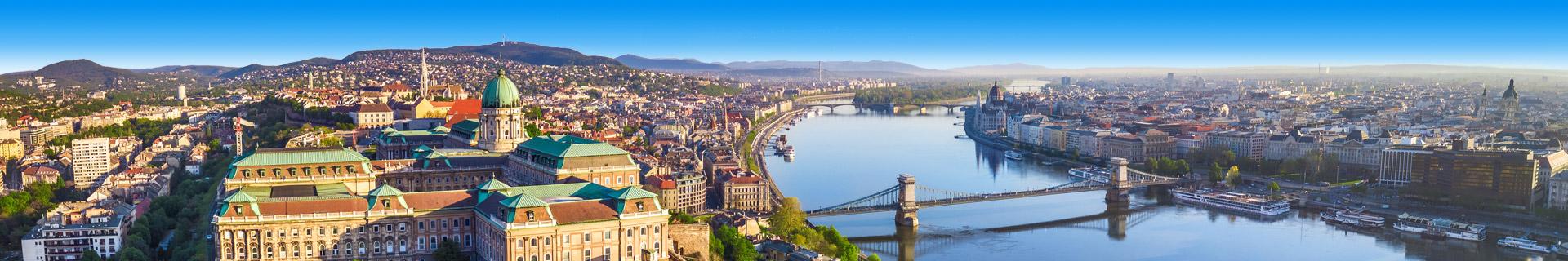 Uitzicht op gebouwen, een brug en rivier in de stad Budapest in Hongarije