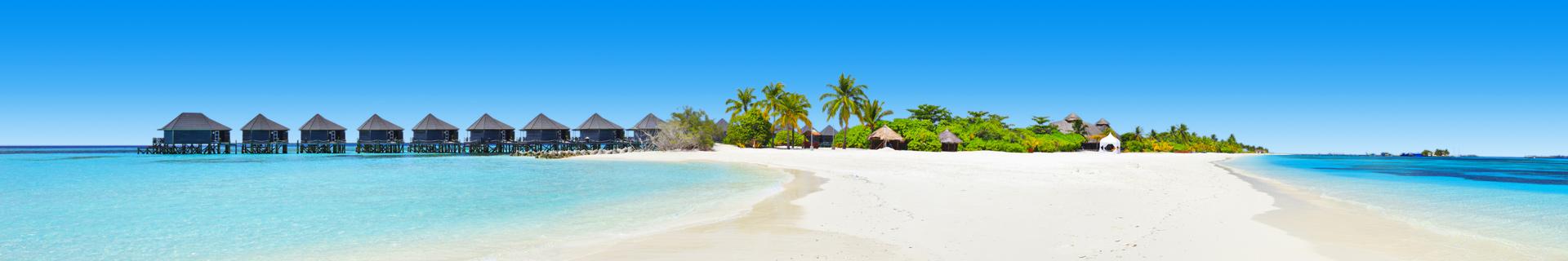 Witte zandstrand en palmbomen op de Malediven