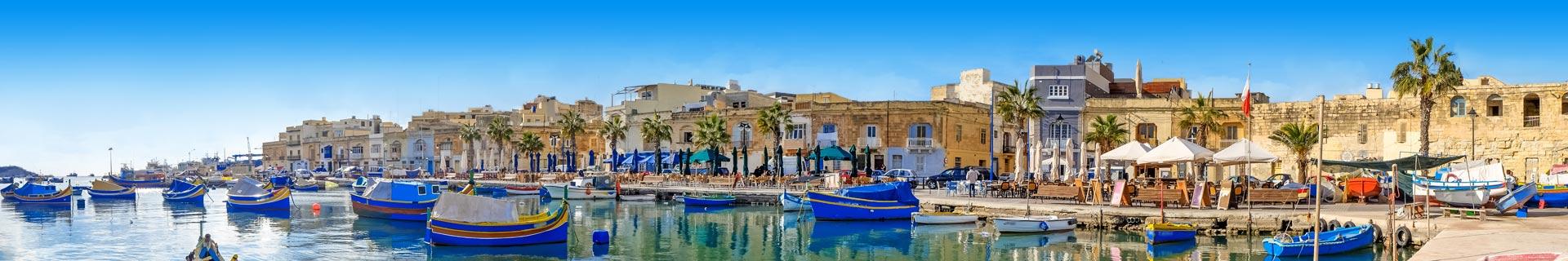 Uitzicht op schattige bootjes in de haven van Malta
