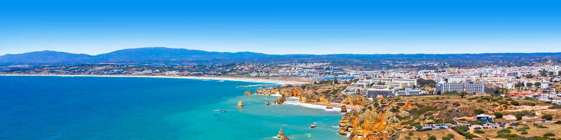 Luchtfoto van een Portugese stad, het strand, de zee en bergen