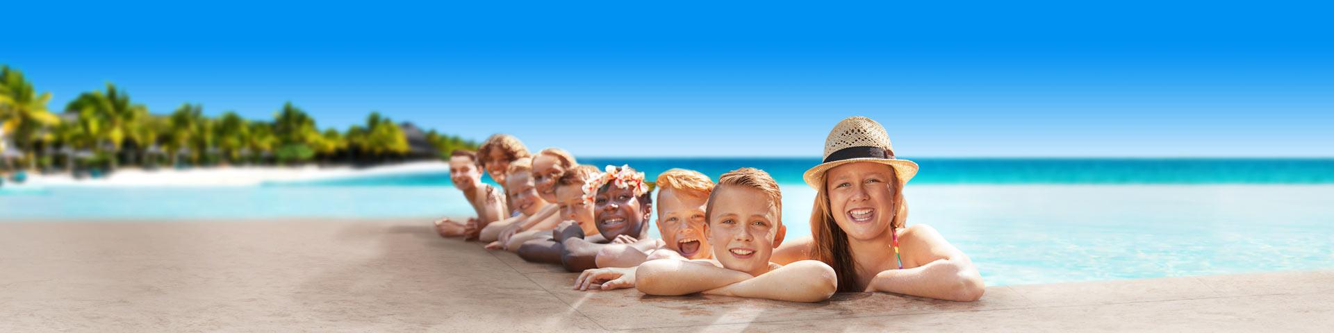 Kindjes op een rij aan de rand van het zwembad tijdens de meivakantie