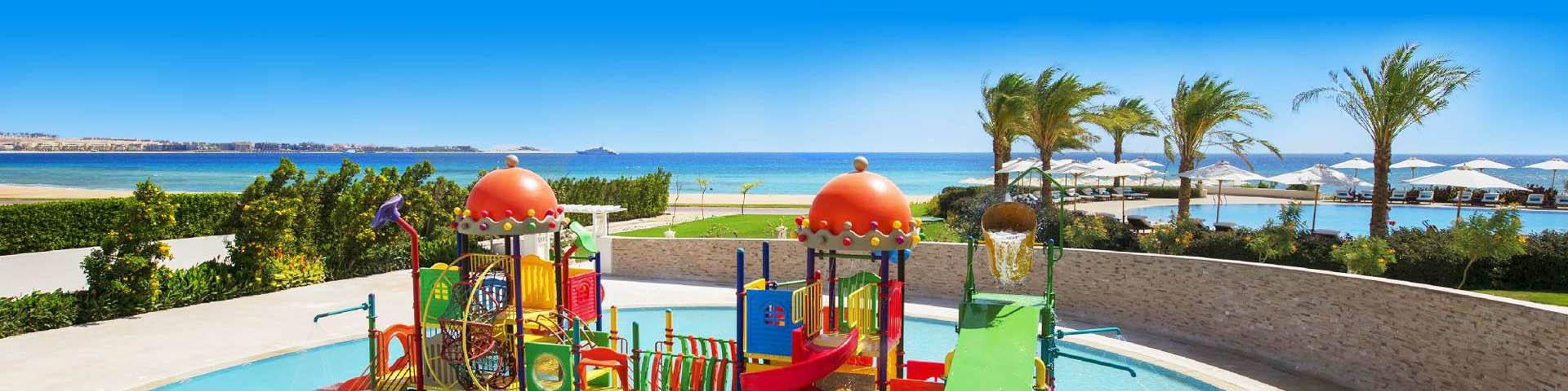 Kinderwaterpark met glijbanen en heldere blauwe zee