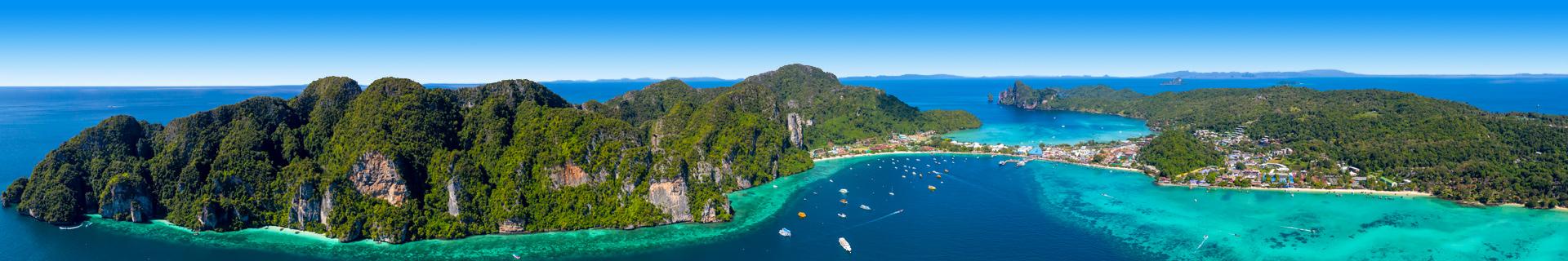 Uitzicht op de zee en bergen in Thailand