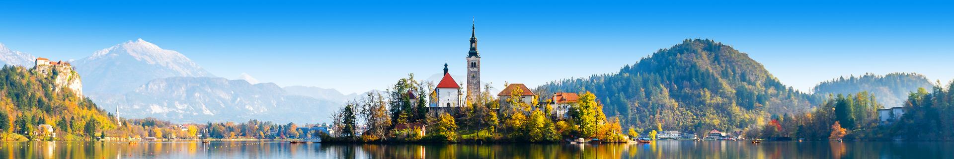 Uitzicht op een meer met een eilandje met een kerkje in Slovenië