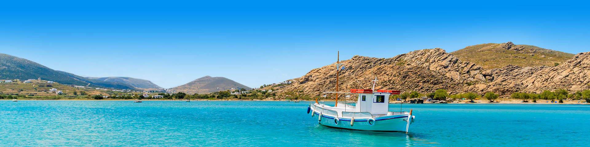 Prachtige Azuurblauwe zee met een bootje in Griekenland.