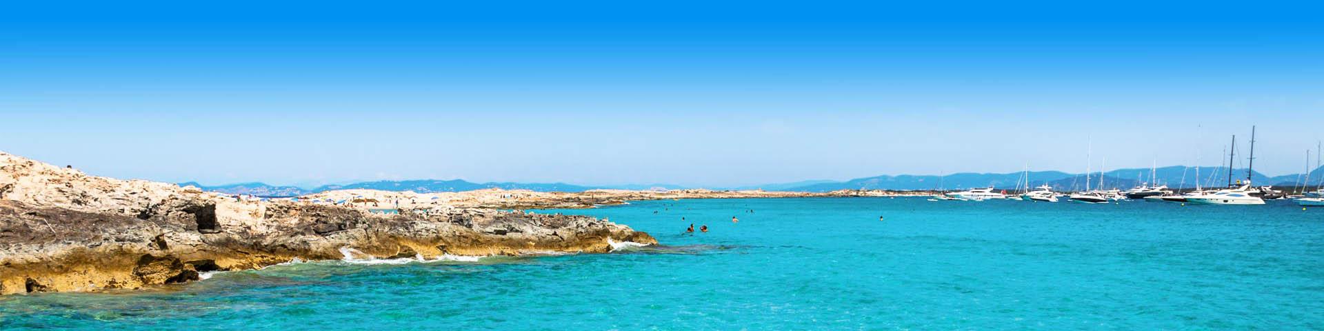 Prachtige Azuurblauwe zee met een bootje in Spanje.