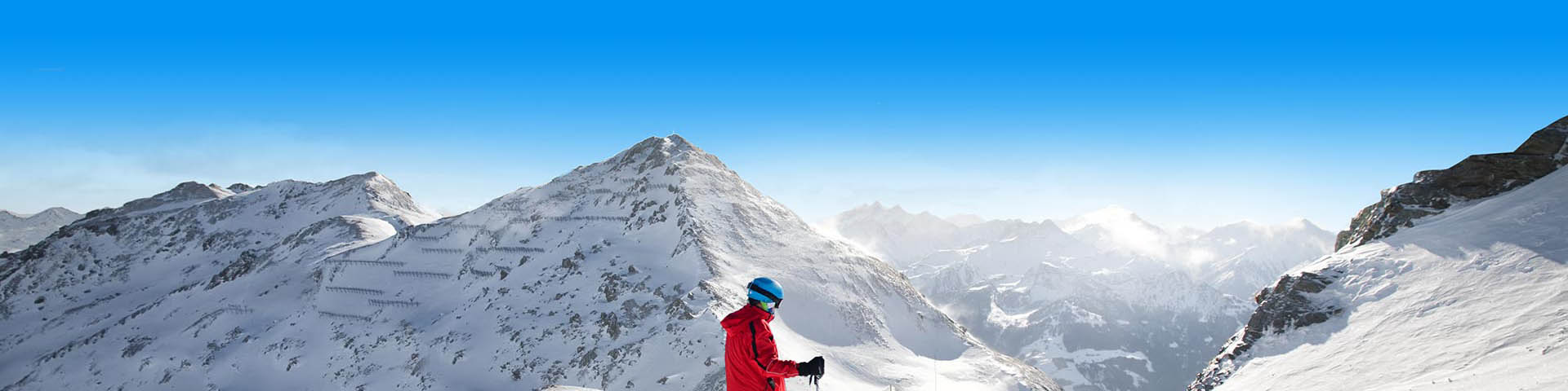 Skiër in besneeuwde bergen op wintersport