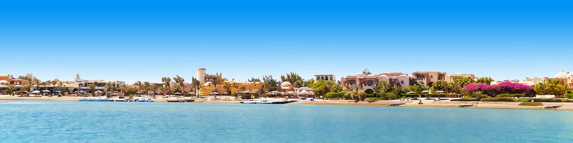 Uitzicht op het strand en gebouwen in Egypte