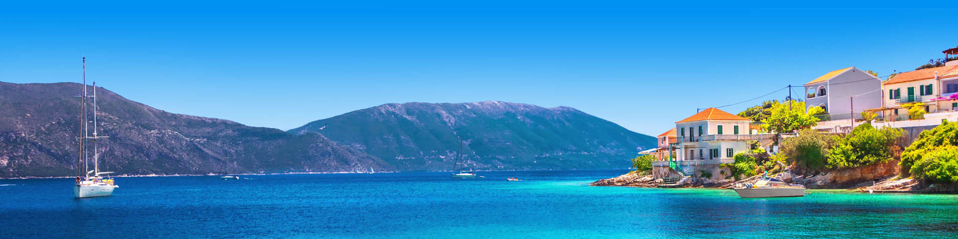 Griekse haven met gekleurde huisjes