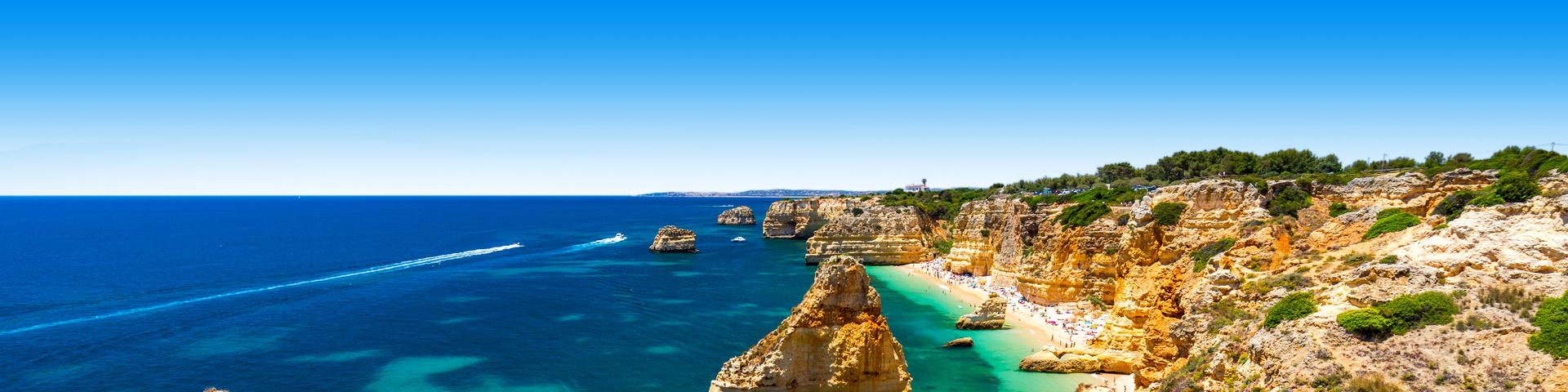 Blauwe zee met gesteente in Portugal