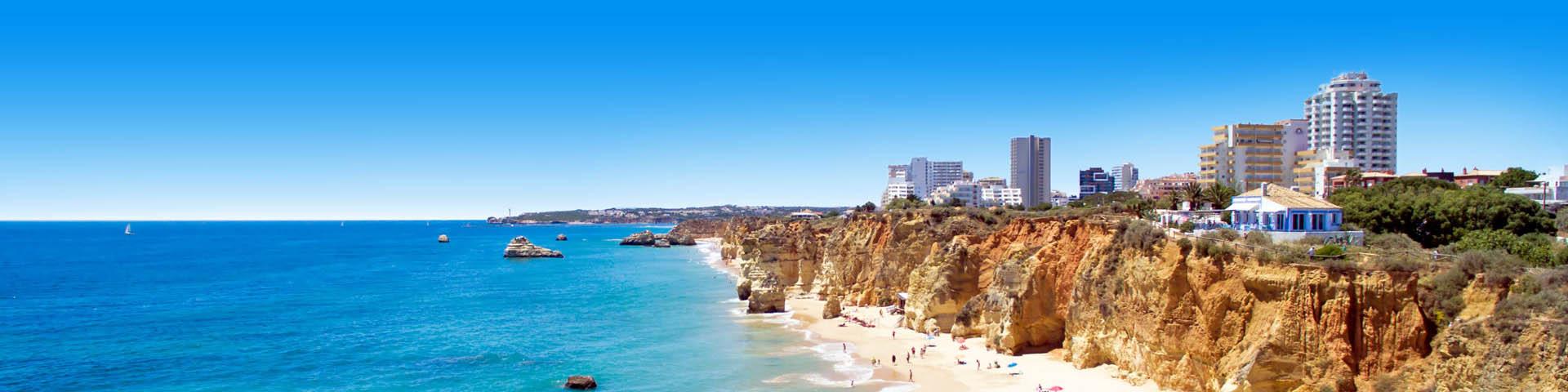 Kustlijn met strand en zee in de Algarve, Portugal