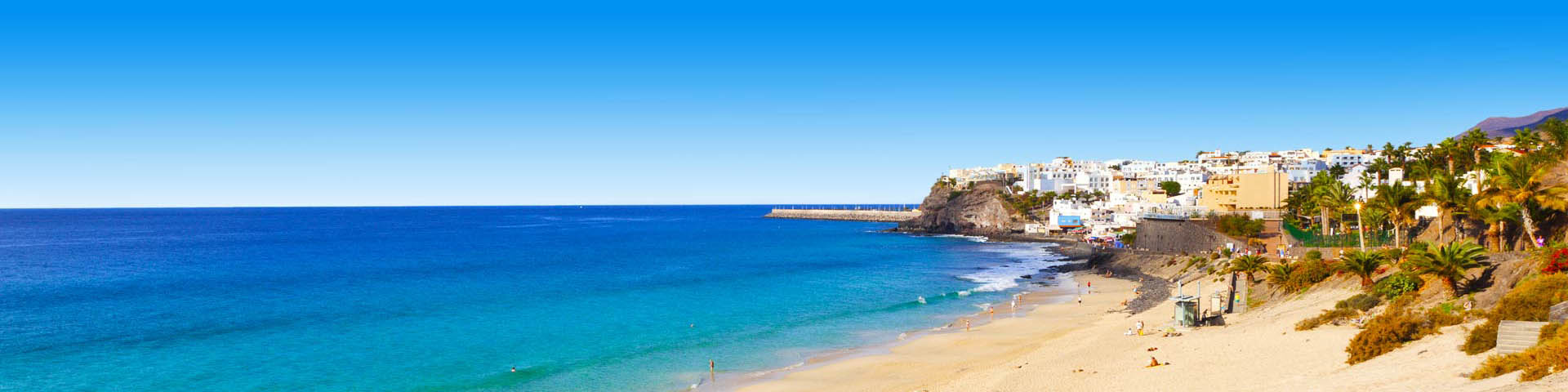 Azuurblauwe zee met prachtig zandstrand